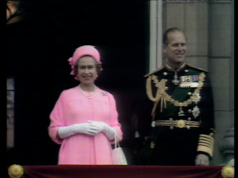stockvideo's en b-roll-footage met prince philip and queen in candy pink suit wave to crowd silver jubilee 07 jun 77 - jubileum