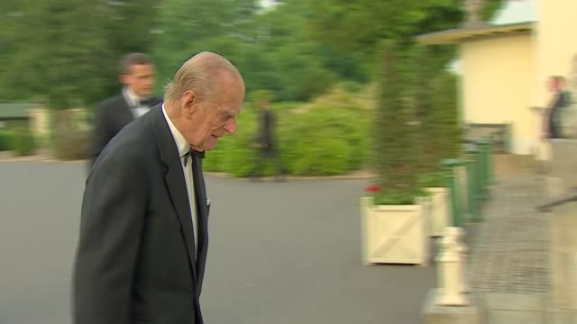prince philip attends 'diamonds are forever' gala; england: london: ext prince edward, count of essex and sophie, countess of wessex arriving /... - 俳優 ロジャー・ムーア点の映像素材/bロール