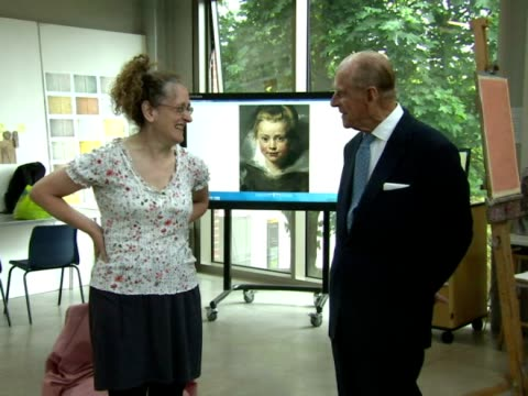 vidéos et rushes de prince philip duke of edinburgh admires student artwork and talks to a professional life and portrait model prince philip officially opened the... - collège communautaire