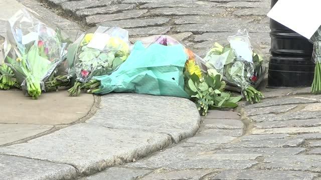 vidéos et rushes de prince philip, duke of edinburgh dies aged 99: itv news openender: pab 14.00 - 15.00; england: berkshire: windsor: ext gvs mourners leaving bouquets... - composition florale