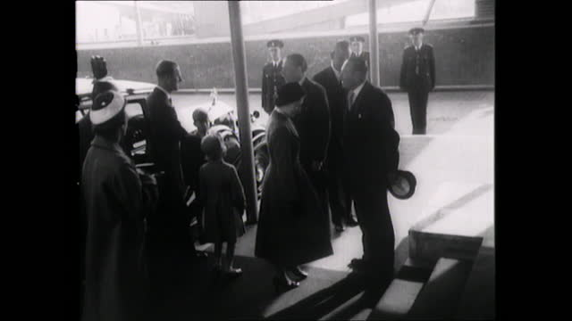vídeos de stock, filmes e b-roll de prince philip, duke of edinburgh, leaves for 1956 solo tour of the commonwealth, queen, and children, prince charles and princess anne, see him off - 1956