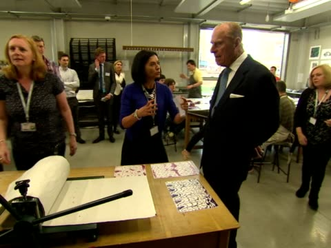 vidéos et rushes de prince philip duke of edinburgh visiting print making class at richmond adult community college prince philip officially opened the richmond adult... - collège communautaire