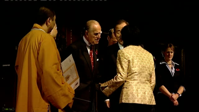 vidéos et rushes de prince philip hosts alliance of religions and conservation event; members of religious faiths onto stage and presented with certificates by prince... - religion