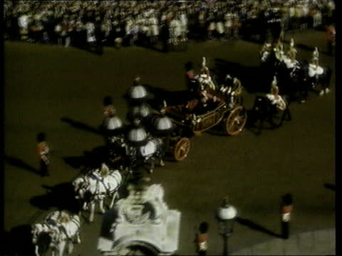 japanese emperor award row; prince philip: japanese emperor award row; lib england: london: 1971 then japanese emperor hirohito along in carriage... - 昭和天皇点の映像素材/bロール