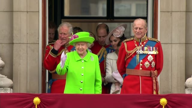 prince edward comments r11061622 / 1162016 england london buckingham palace ext queen elizabeth ii and prince philip duke of edinburgh appearing on... - balkon stock-videos und b-roll-filmmaterial