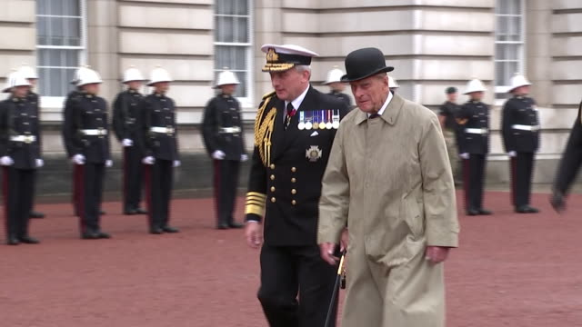 vidéos et rushes de prince philip waving to cheering crowds at a royal marines parade at buckingham palace during his final appearance - prince philip