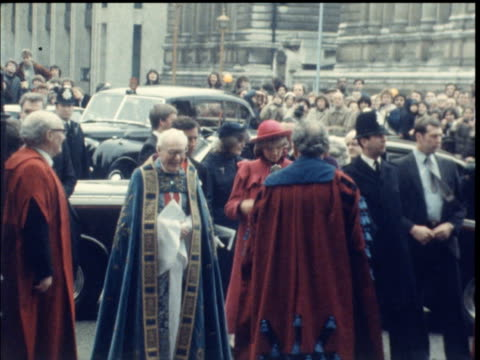 vídeos y material grabado en eventos de stock de prince princess of wales prince princess of wales england london w'minster abbey ms princess of wales charles and queen mother arriving at abbey and... - 1982
