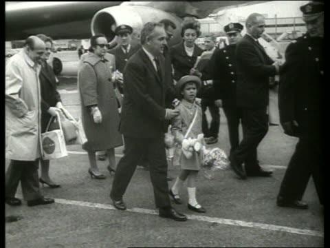 b/w prince rainier and princess caroline arrive ny airport / 1960s / sound - fürst rainier iii. von monaco stock-videos und b-roll-filmmaterial