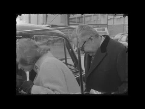 prince rainier and princess grace of monaco arrive in london england london london airport princess grace and prince rainier iii along towards pose... - fürst rainier iii. von monaco stock-videos und b-roll-filmmaterial