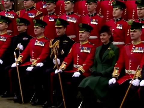 vidéos et rushes de prince william and catherine duchess of cambridge pose in family photo with 1st battalion irish guards duke duchess of cambridge visit the 1st... - mons barracks