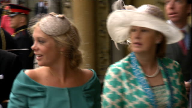 vídeos de stock, filmes e b-roll de prince william and kate middleton wedding day fashion and wedding style wedding guests arriving at abbey on the morning of the wedding chelsy davy... - hóspede