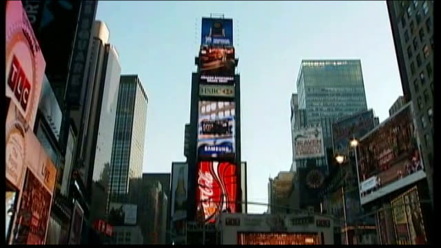 prince william and kate middleton wedding day international interest usa new york times square people watching coverage of the royal wedding of... - feierliche veranstaltung stock-videos und b-roll-filmmaterial