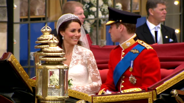 prince william and kate middleton wedding day main events ext duke and duchess of cambridge leaving abbey duke and duchess of cambridge next to 1902... - prinz william herzog von cambridge stock-videos und b-roll-filmmaterial