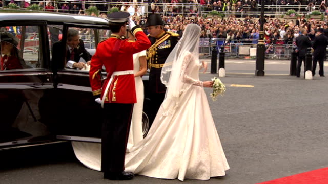 prince william and kate middleton wedding day main events ext catherine middleton waving to cheering crowds as along from bridal car to red carpet... - prinz william herzog von cambridge stock-videos und b-roll-filmmaterial