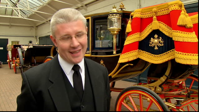 vidéos et rushes de prince william and kate middleton wedding: transport plans; buckingham palace: int martin oates interview sot cutaway coachman holding reins of horse... - voiture hippomobile