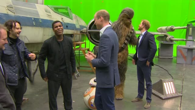 vidéos et rushes de prince william and prince harry meet star wars cast mark hamill john boyega and chewbacca in costume / prince william duke of cambridge prince harry... - star wars titre d'œuvre