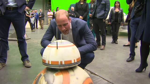 vídeos de stock, filmes e b-roll de prince william and prince harry toured the star wars set and workshops at pinewood studios and met some of the stars of the movies shows prince... - guerra nas estrelas trabalho conhecido