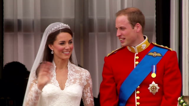 prince william and princess catherine wave to the crowds then kiss on the balcony of buckingham palace available in hd - herzog von cambridge stock-videos und b-roll-filmmaterial