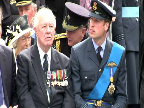 prince william at battle of britain 70th anniversary. prince william battle of britain 70th anniversary at westminster abbey on september 19, 2010 in... - 70周年点の映像素材/bロール