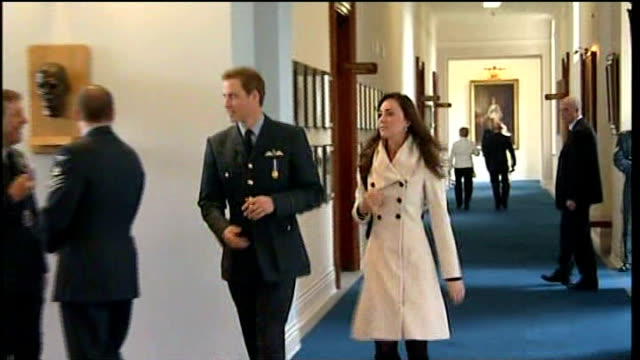 vidéos et rushes de prince william awarded raf pilot's wings by prince charles; william and kate walking towards along corridor and across entrance - éclairage au flash