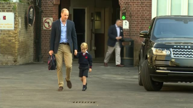 prince william describes prince george's first week at school as interesting lib / 792017 battersea thomas's battersea ext prince george from car... - バタシー点の映像素材/bロール