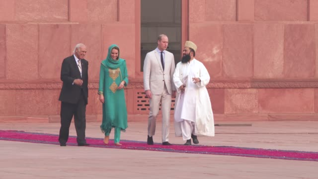 prince william, duke of cambridge and catherine, duchess of cambridge visit the badshahi mosque on october 17, 2019 in lahore, pakistan. - mosque stock videos & royalty-free footage