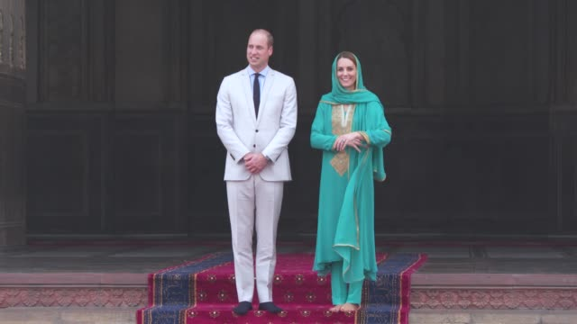 PAK: Badshahi Mosque and Interfaith Meeting - The Duke and Duchess of Cambridge visit Pakistan