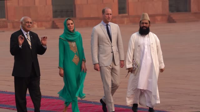 prince william, duke of cambridge and catherine, duchess of cambridge visit the badshahi mosque on october 17, 2019 in lahore, pakistan. - pakistan stock videos & royalty-free footage