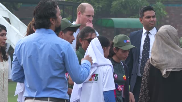 vidéos et rushes de prince william, duke of cambridge and catherine, duchess of cambridge visit the national cricket academy in lahore on october 17, 2019 in lahore,... - pakistan