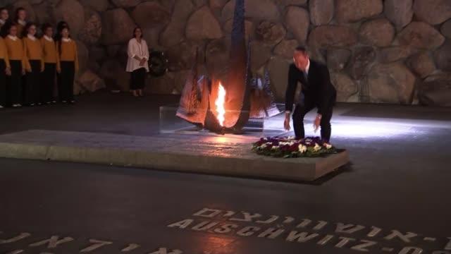 vidéos et rushes de prince william meets israeli president on tour israel jerusalem yad vashem holocaust memorial prince william at ceremony led by british chief rabbi... - mémorial