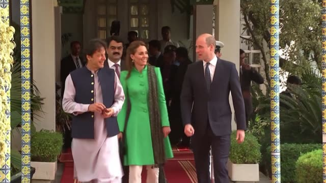 prince william meets prime minister imran khan; pakistan: islamabad: ext prince william, duke of cambridge and catherine, duchess of cambridge... - primo ministro video stock e b–roll