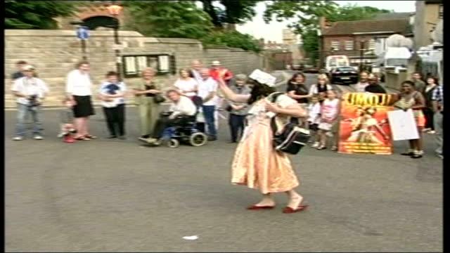 gatecrasher security scare itn england berkshire windsor ext aaron barschak towards past onlookers wearing fancy dress outfit as shouts to onlookers... - pelvi video stock e b–roll