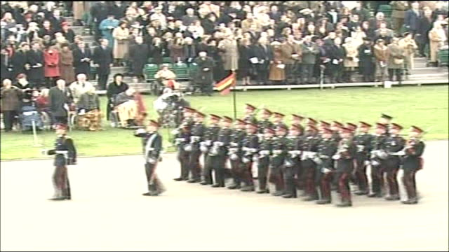 stockvideo's en b-roll-footage met prince william passing out parade at sandhurst military academy; **military music heard** kate middleton stands looking on with other spectators... - kadet