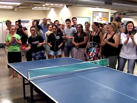 vidéos et rushes de prince william plays table tennis with aboriginal youths at the redfern community centre during visit to australia 19 january 2010 - centre culturel