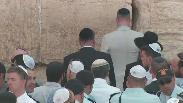 stockvideo's en b-roll-footage met prince william prays at the western wall in jerusalem on june 28 2018 - religion or spirituality