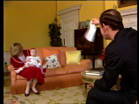 vidéos et rushes de prince william; prince william kensington palace. charles and di with prince william. di dandles baby on knee. prince of wales waves handkerchief at... - boomerang