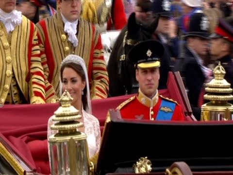 vídeos de stock, filmes e b-roll de prince william salutes as he passes military in royal carriage with new bride princess catherine - papel em casamento
