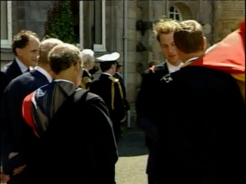 vídeos y material grabado en eventos de stock de prince william shakes hands with fellow students following his graduation from st andrews university scotland 23 jun 05 - instituciones y organizaciones educativas