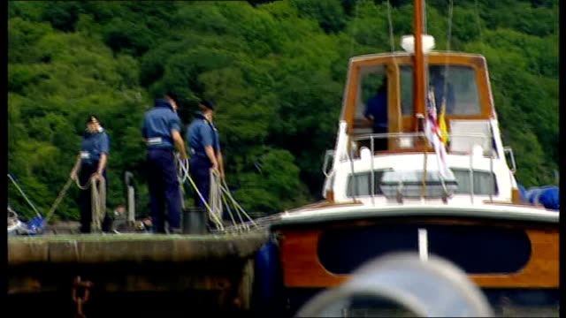 vídeos de stock e filmes b-roll de prince william starts attachment with royal navy various of boat being moored at harbour side / william looking out of window as manoeuvering boat... - dartmouth