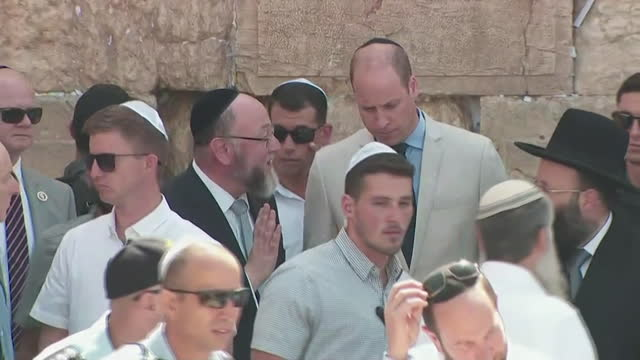 stockvideo's en b-roll-footage met prince william talks with british chief rabbi ephraim mirvis at the western wall in jerusalem on june 28 2018 - religion or spirituality