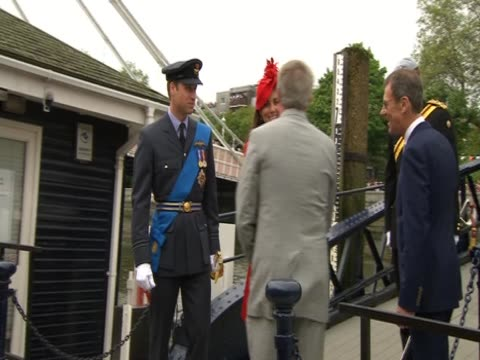 vidéos et rushes de prince william the duchess of cambridge and prince harry board the royal barge 'gloriana' for the diamond jubilee pageant - robe rouge