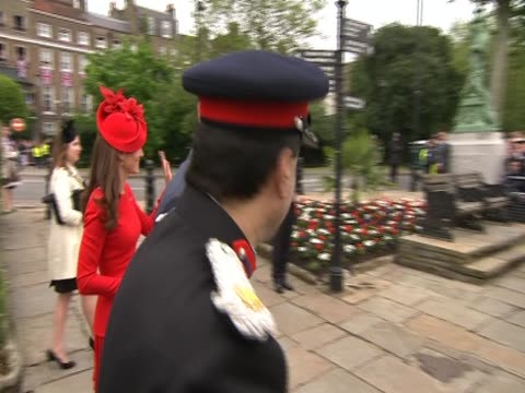 vidéos et rushes de prince william the duchess of cambridge and prince harry walk on to platform on the river for diamond jubilee celebrations - robe rouge