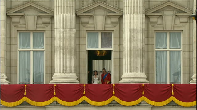 vídeos y material grabado en eventos de stock de prince william to study agricultural management 2942011 buckingham palace ext william duke of cambridge and catherine duchess of cambridge onto... - 2013