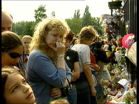 stockvideo's en b-roll-footage met princes call for end to mourning as harry starts at eton kensington palace crowd laying flowers at gates to palace on first anniversary of the death... - dood begrippen