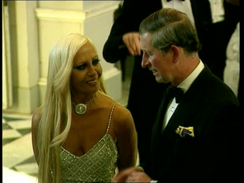 stockvideo's en b-roll-footage met princes charles and edward; itn england: london: int string band playing at fashion show lms prince charles the prince of wales along & greets... - versace modelabel