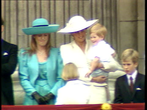 princes collection 1; rushes 13.6.87 13.6.87 trooping the colour. balcony shots. england: london: queen along in carriage amongst troops: diana,... - 軍旗分列行進式点の映像素材/bロール