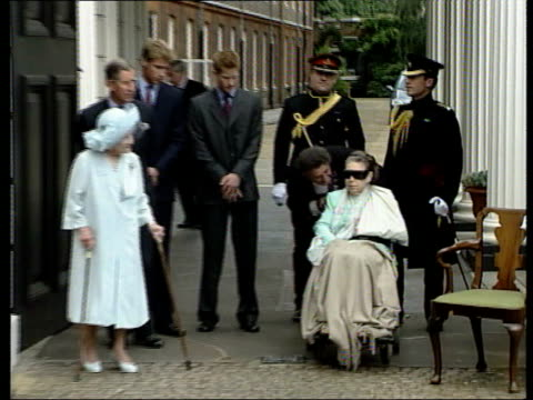 princes collection 2; t04080101 4.8.01 queen mother's 101st birthday. england: london: clarence house: queen mother standing at gates of clarence... - queen's birthday stock videos & royalty-free footage