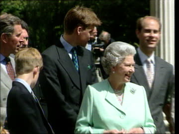 vídeos y material grabado en eventos de stock de princes collection 3; t04089802 4.8.98 queen mother's 98th birthday london: clarence house: members of the royal family outside clarence house... - raw footage