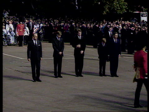 princes collection 3 t06099701 funeral of diana princess of wales london diana's coffin carried on gun carriage camera pans left to right as prince... - begräbnis stock-videos und b-roll-filmmaterial