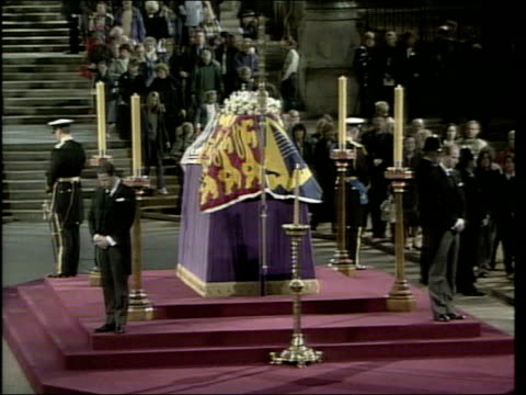 stockvideo's en b-roll-footage met princes collection 3 t08040201 vigil england london westminster hall queen mother's vigil around coffin prince william and prince harry watching both... - opgebaard liggen